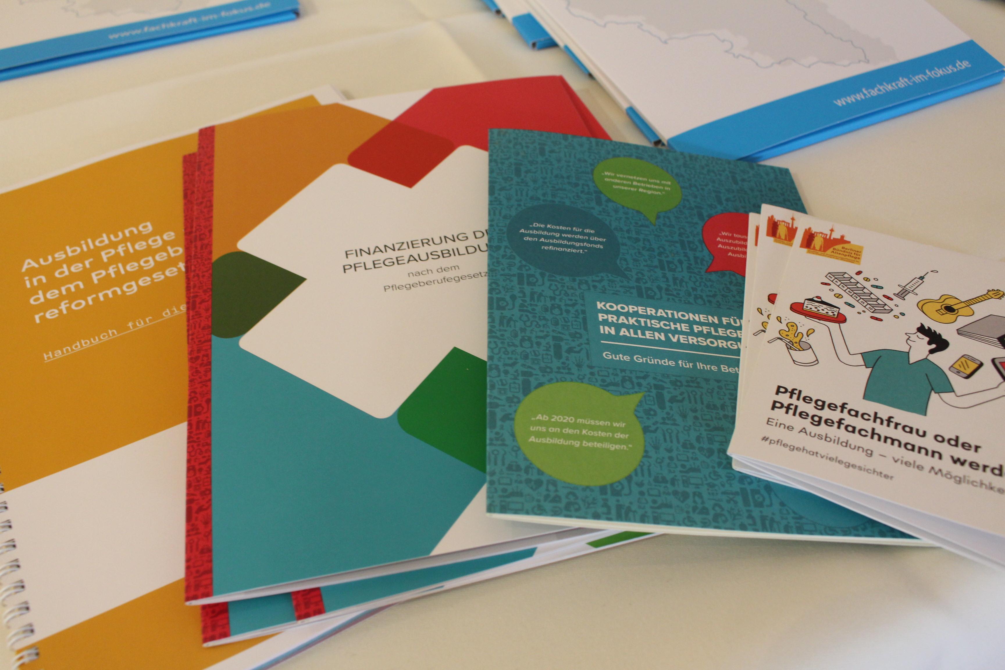 Verschiedene Broschüren zum Pflegeberufereformgesetz liegen auf dem Tisch