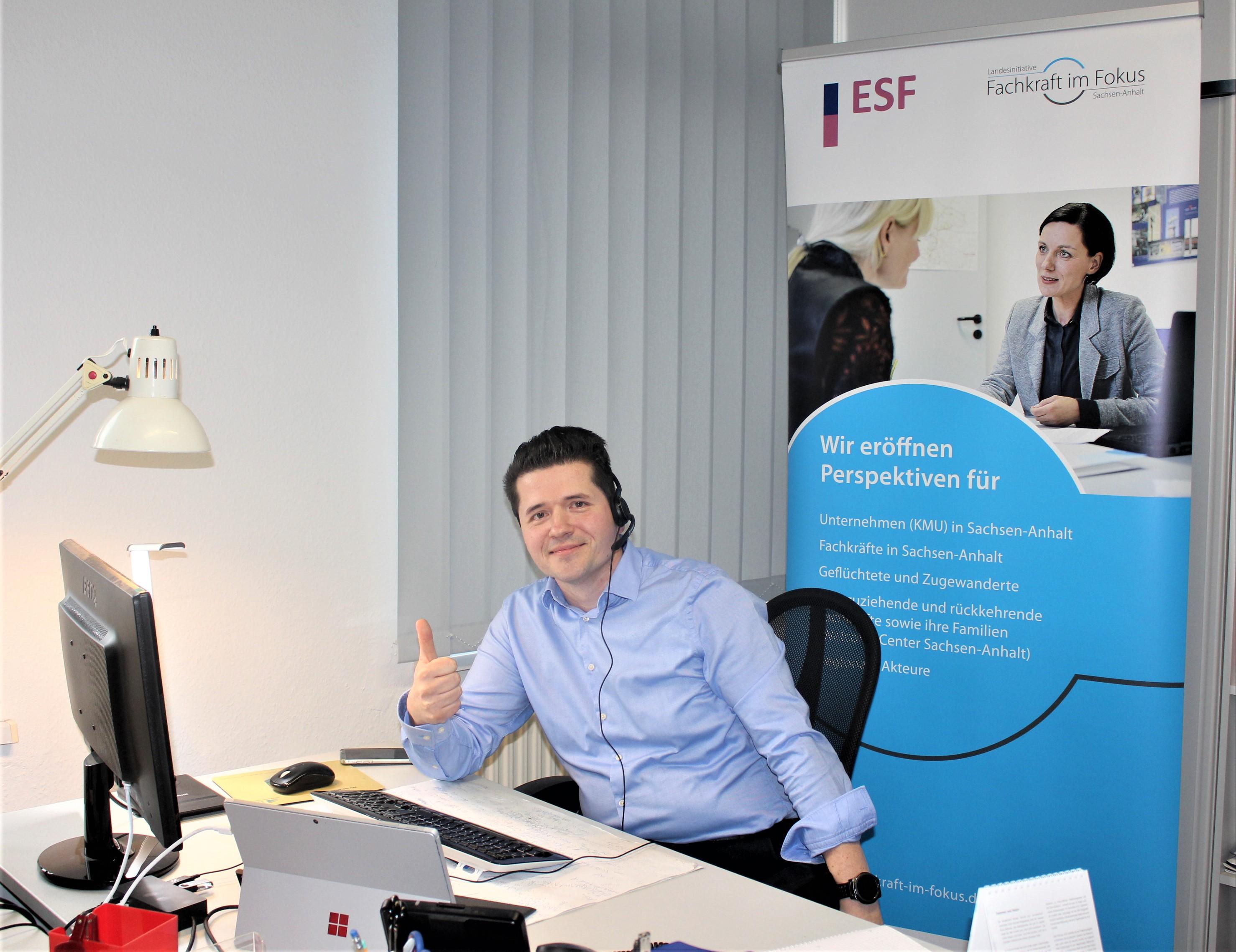 Regionalberater Sandro Miritz an seinem Schreibtisch