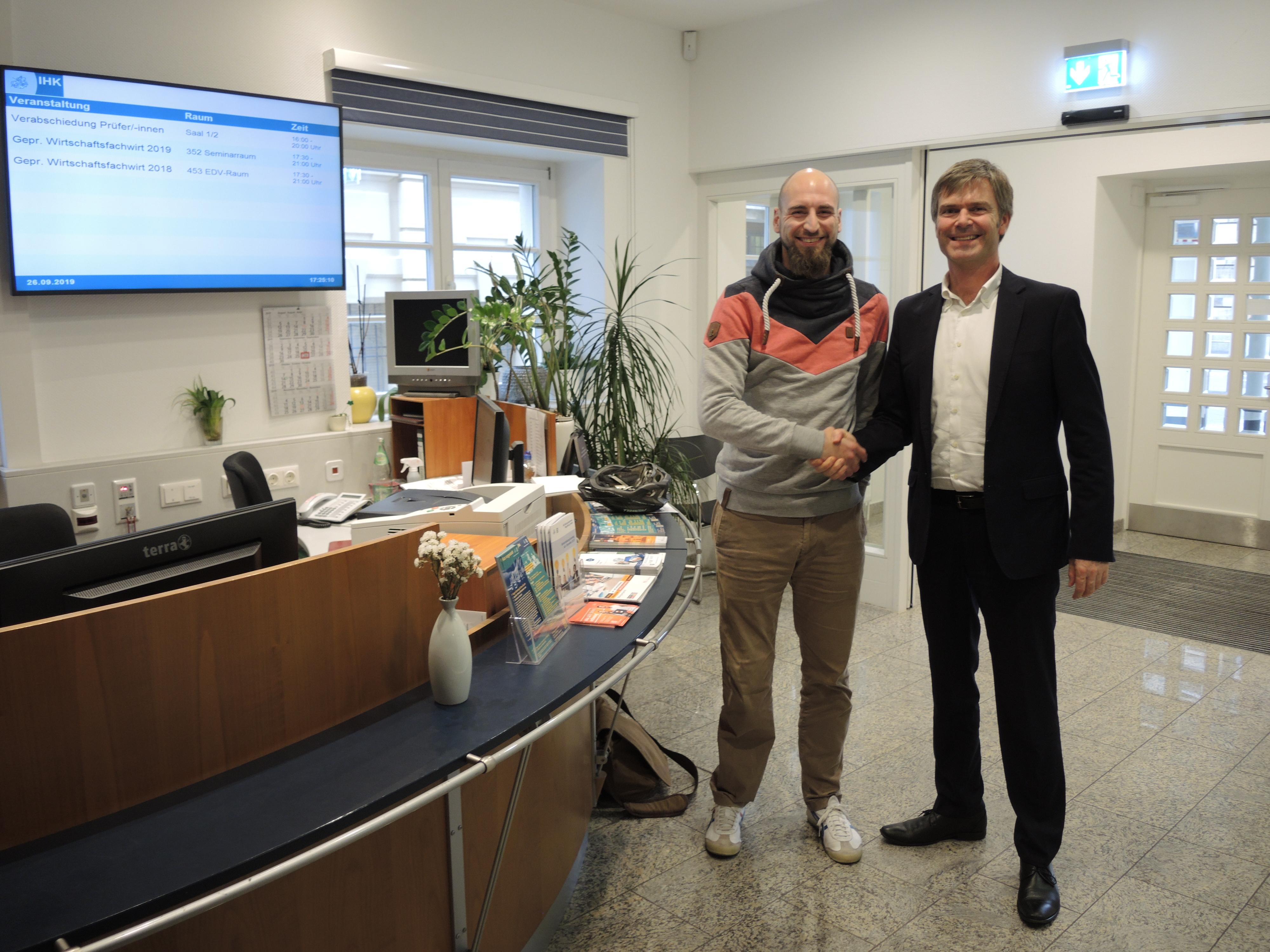 Franz Bender (links) und Christian Jahr von der IHK magdeburg (rechts) stehen nebeneinander und schauen in die Kamera (Foto: Christian Jahr))