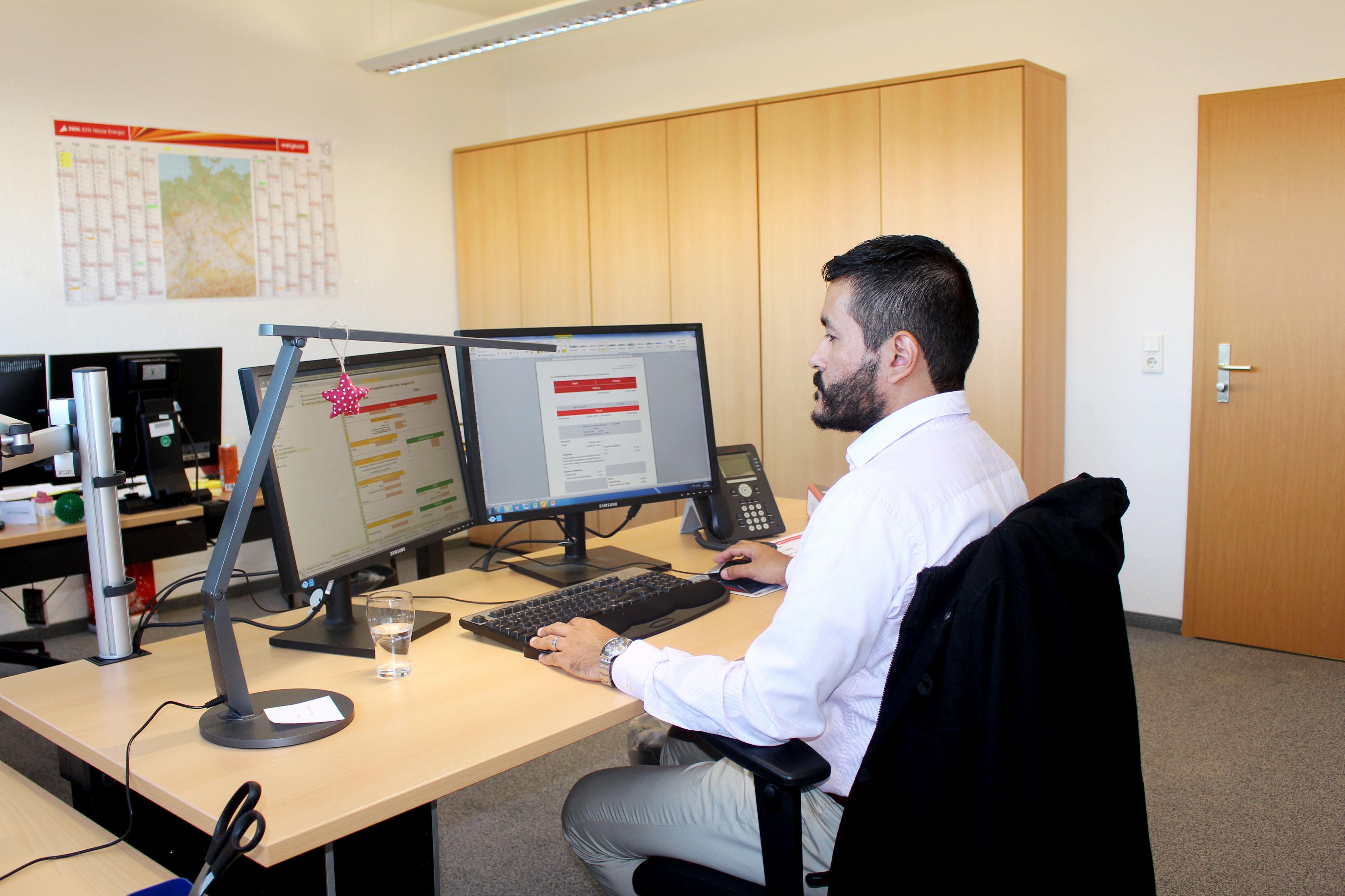 Ein Mann sitzt am Schreibtisch