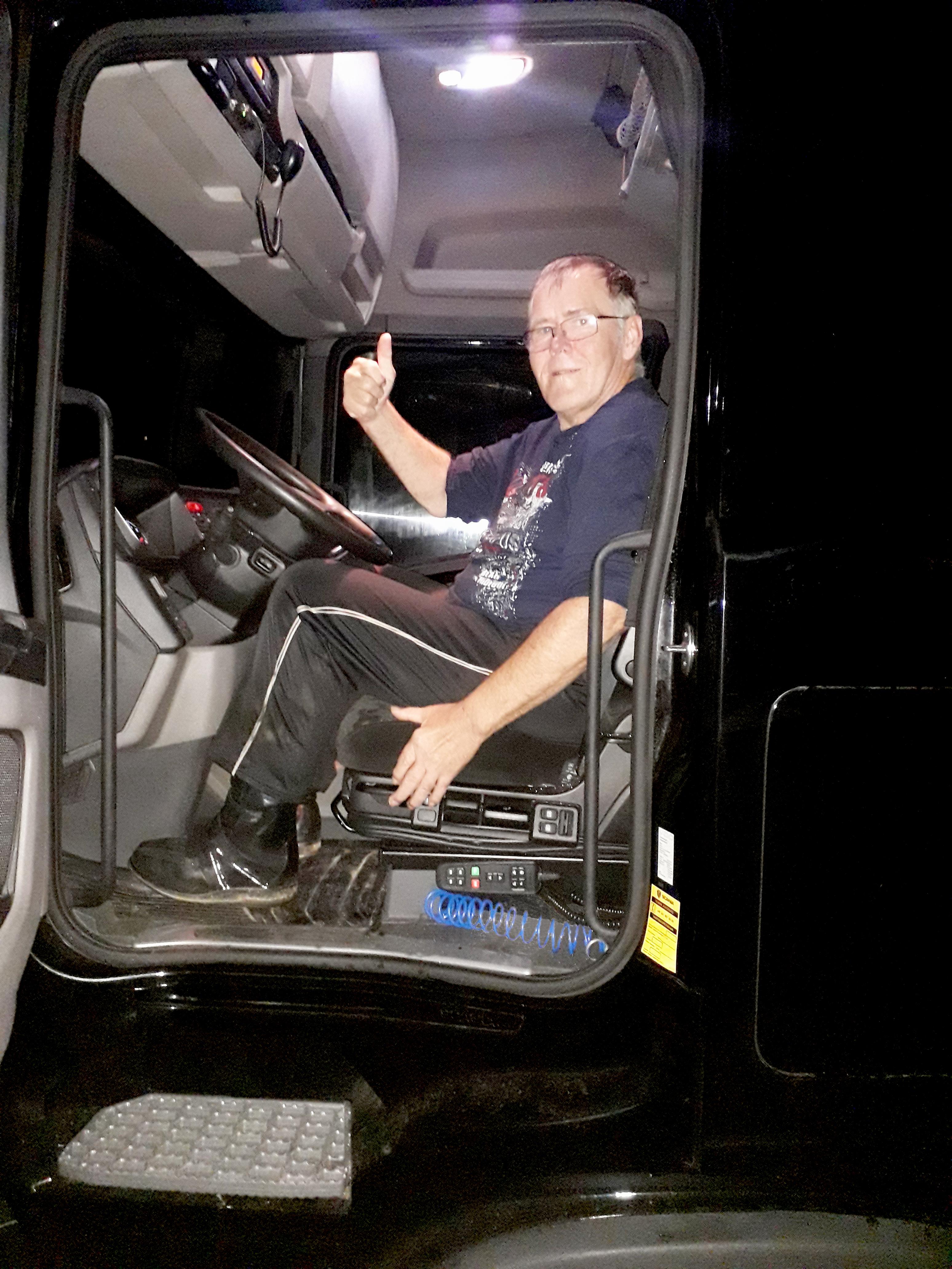 Foto seitlich, ein Mann sitzt hinter dem Lenkrad eines LKWs (Foto: Christian Siedentopf)